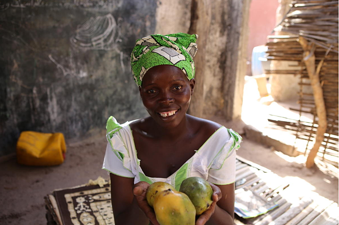 Fatou with mangoes